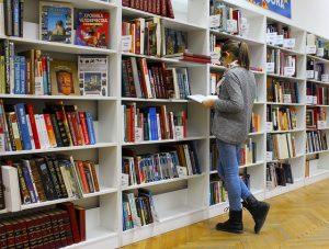 Blog: Artikelbild als Teaser – Studentin beim Lesen