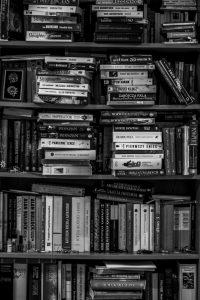 Bücherstapel in schwarz-weiß