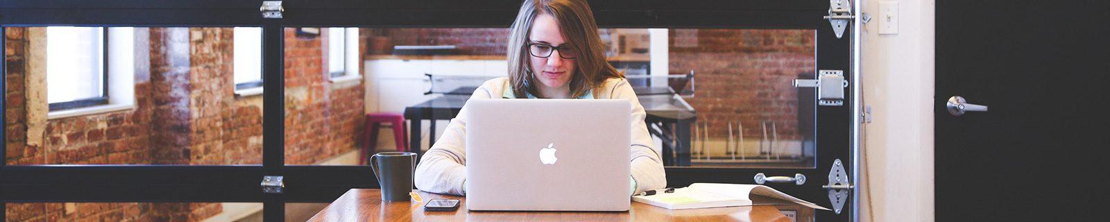 Hintergrundbild Studentin am Apple – Fachbereich Erziehungswissenschaften