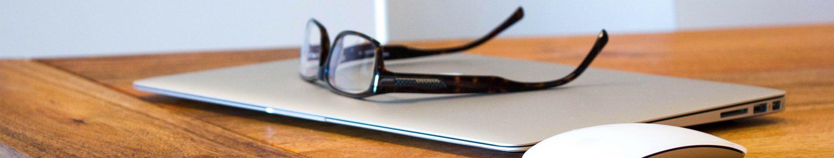Gutachten schreiben lassen – Laptop auf dem Schreibtisch