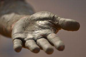 Hand zur Hilfe reichen