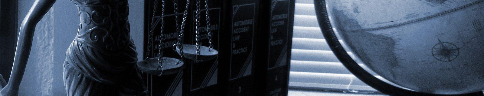 Hintergrundbild Justitia und der Globus – Fachbereich Jura