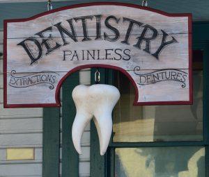 Schild eines Zahnarztes