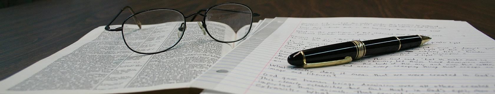 Hintergrundbild Plagiatsprüfung Brille mit Füller