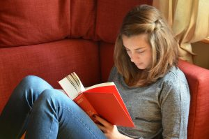 Studentin ließt Buch